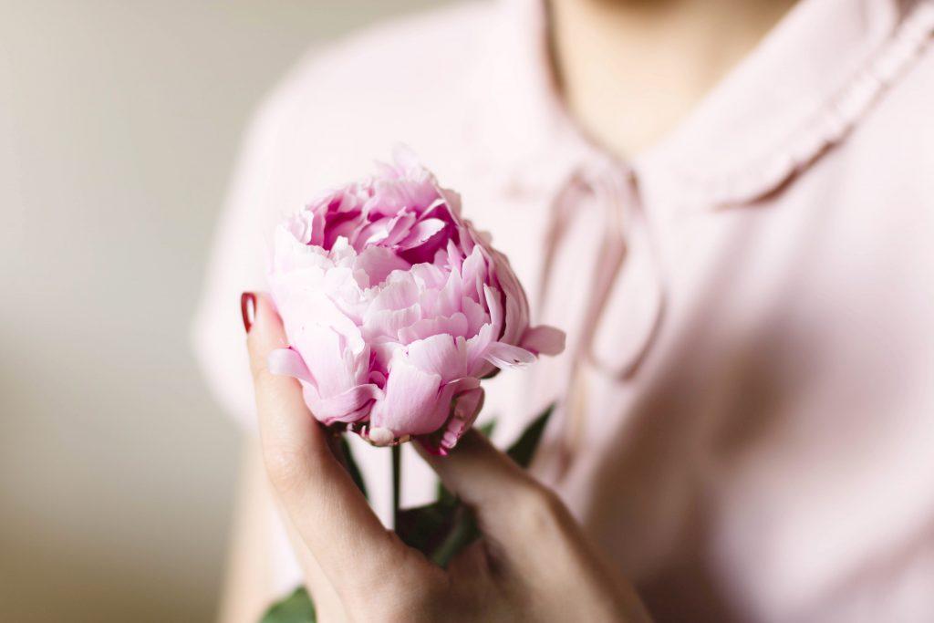Frau mit Blume Cosmea Binden und Slipeinlagen